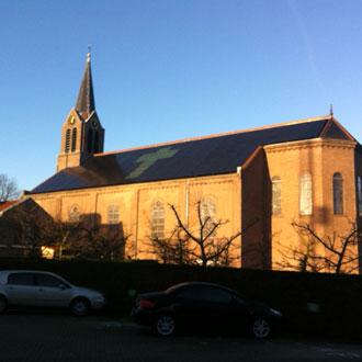 Kerk in Hoofddorp, voorzien van zonnepanelen.